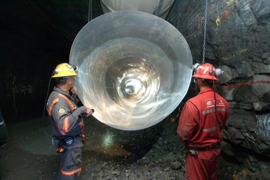 Des travailleurs inspectent une conduite de ventilation dans la mine Eleonore. | 23 novembre 2017