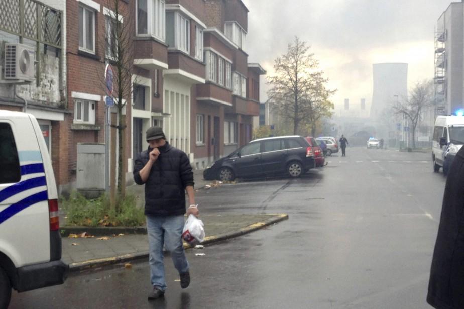 L'incendie a causé de fortes fumées qui ont... (PHOTO AP)