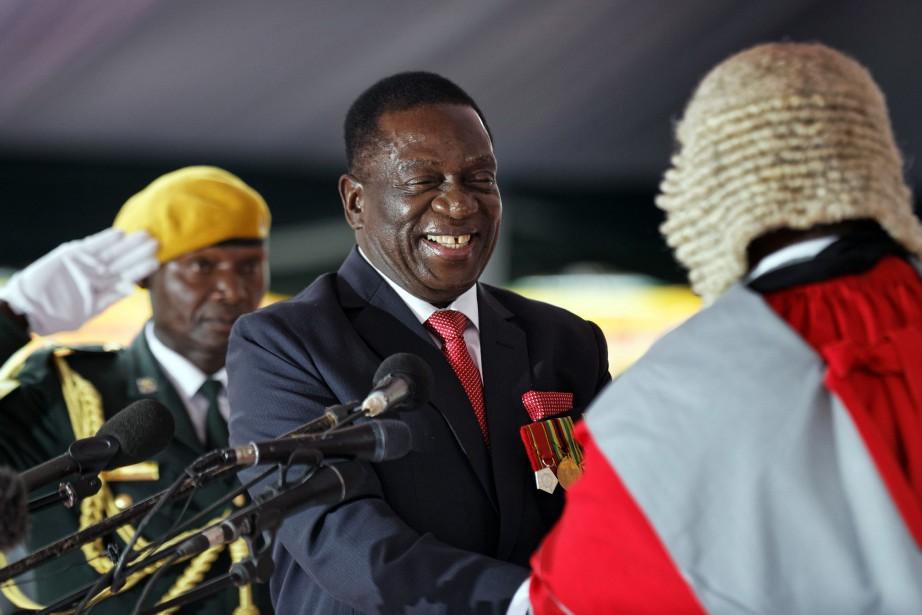 Emmerson Mnangagwa, au centre, est le nouveau président... (Photo Ben Curtis, AP)