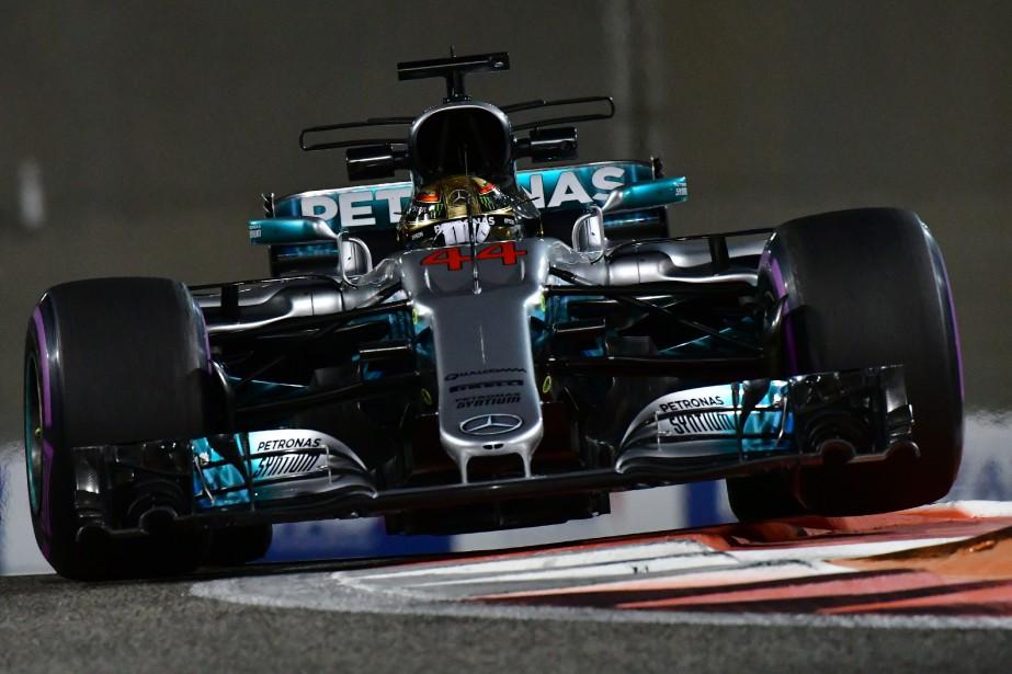 Le Britannique Lewis Hamilton, au volant de sa Mercedes, a battu le record du meilleur tour du Circuit Yas Marina lors de la seconde séance d'essais. Il détenait l'ancien record, établi en2011 avec McLaren. | 24 novembre 2017