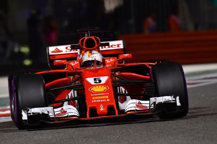 Sebastian Vettel avait inscrit le meilleur temps de la première séance, mais a été relégué au deuxième rang par son rival Lewis Hamilton lors de la seconde séance de la journée. | 24 novembre 2017