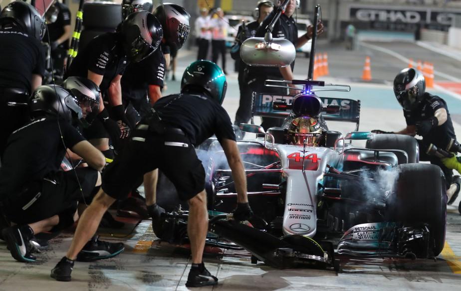 Lewis Hamilton s'apprête à quitter le paddock Mercedes durant les essais libres du GP d'Abou Dhabi. | 24 novembre 2017