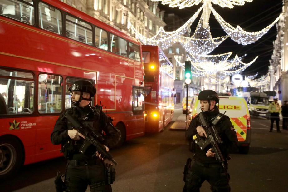 De nombreux policiers armés se sont dirigés vers... (Photo Simon Dawson, REUTERS)