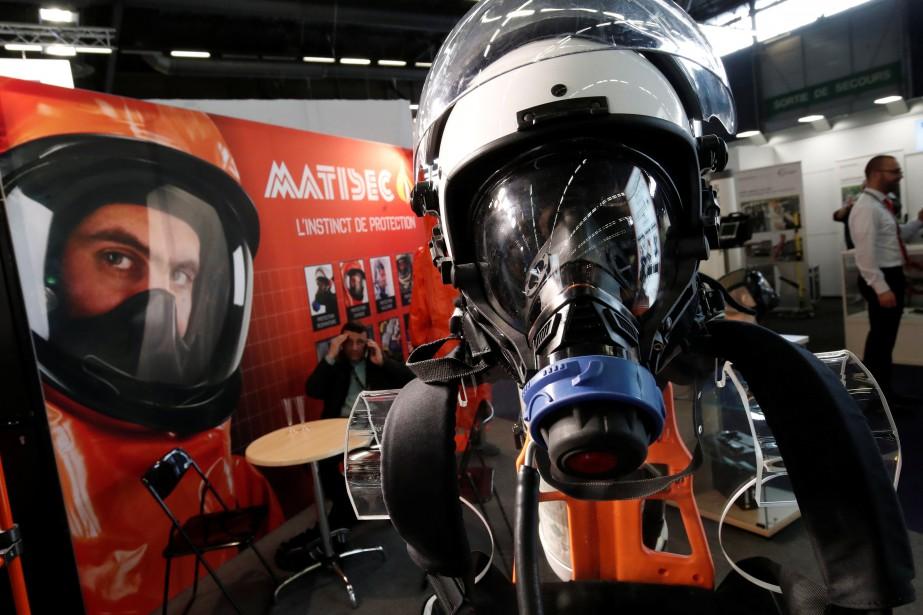 Un appareil respiratoire MATISEC pour les interventions policières en zone contenant des contaminants chimiques ou à risque de déflagration.Le salon Milipol (Militaire et Police), qui a se tient à chaque année à Villepinte, près de Paris, est une véritable foire commerciale de la sécurité intérieure. (REUTERS)