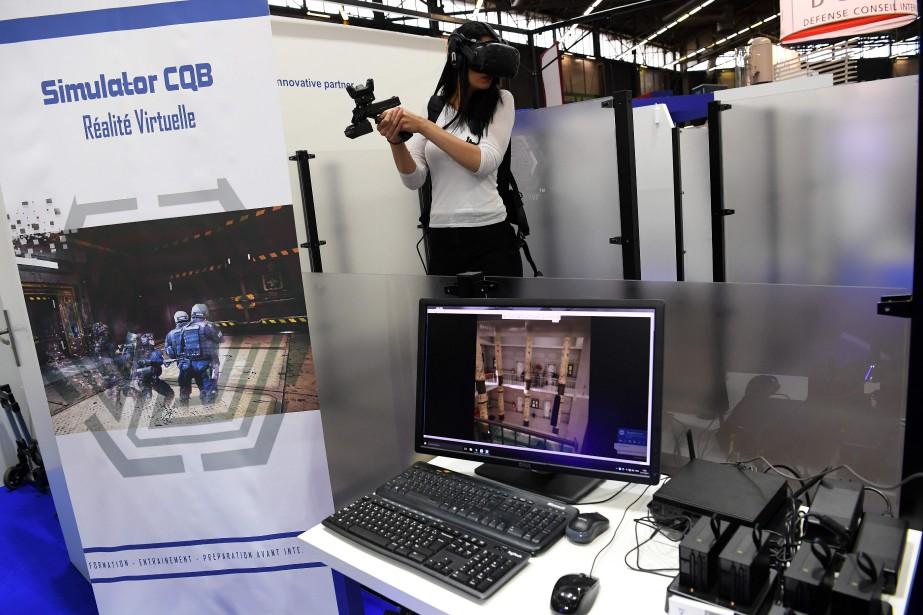 Une femme essaie un casque de réalité virtuelle Groupe SSI fait pour l'entraînement. | 24 novembre 2017