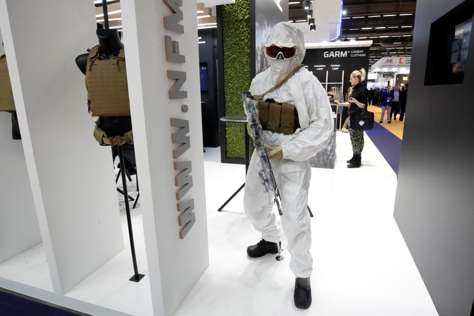 Un mannequin portant une tenue d'hiver et de l'équipement protecteur policier et militaire. (REUTERS)