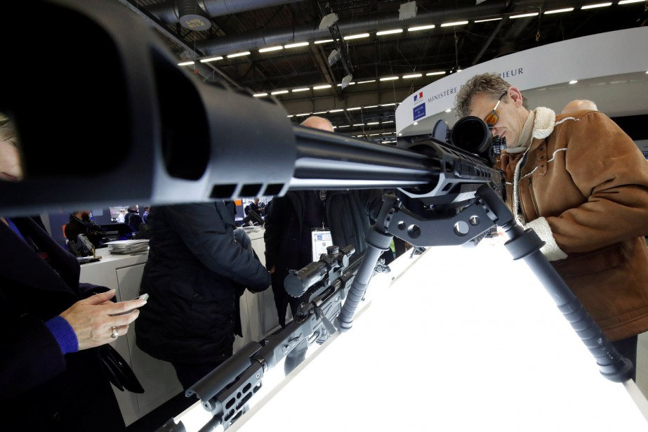 Un visiteur regarde dans le télescope d'un fusil de gros calibre (.50) Corvus pour tireur d'élite exposé par l'italien Victrix Armaments. | 24 novembre 2017