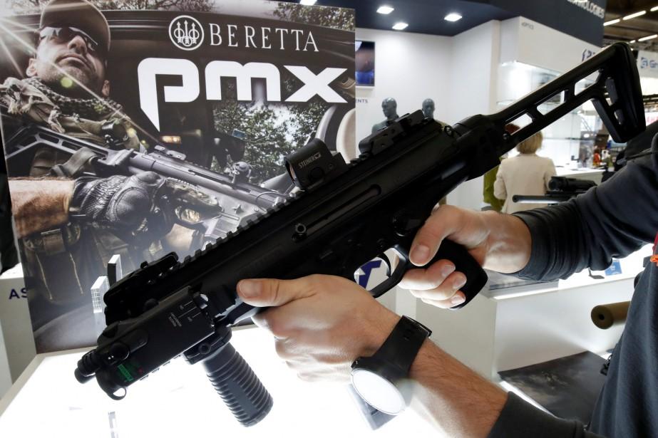 Un visiteur tient la mitraillette Beretta PMX 9 mm dévoilée lors du Salon Milipol. Beretta le destine aux forces de l'OTAN et à certains corps policiers. | 24 novembre 2017