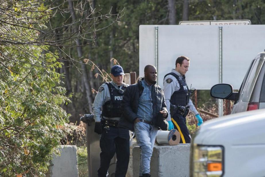 Un migrant est intercepté par les policiers après... (PHOTO HUGO-SÉBASTIEN AUBERT, LA PRESSE)