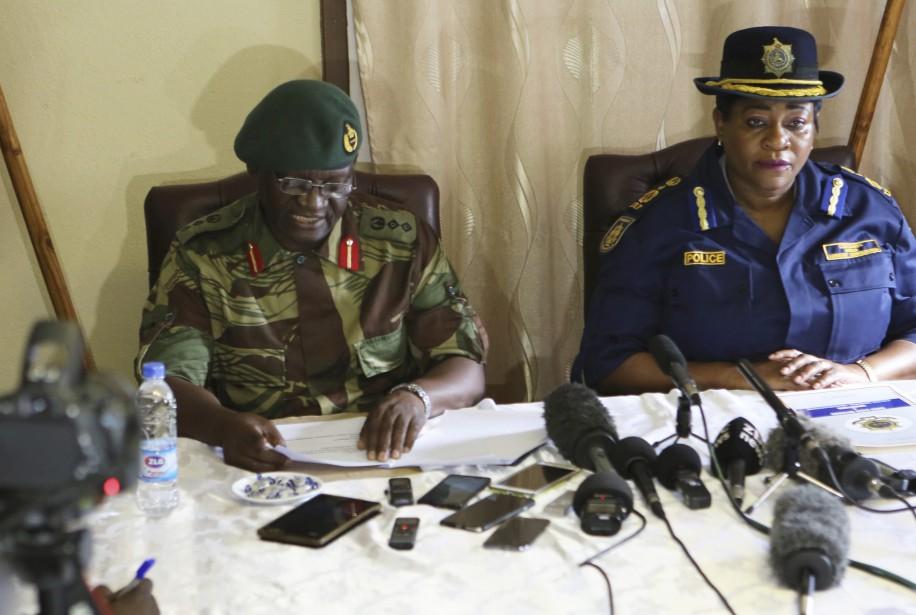 Le porte-parole des forces armées, Overson Mugwisi, etla... (Photo AP)