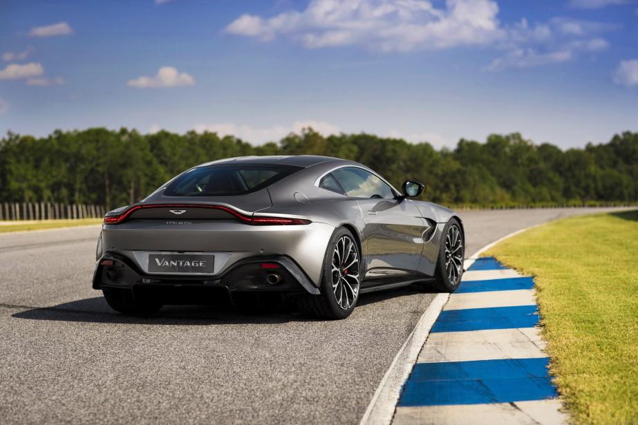 Aston Martin annonce le 0-100 km/h en 3,5 secondes et une vitesse maximale de 315 km/h. | 28 novembre 2017