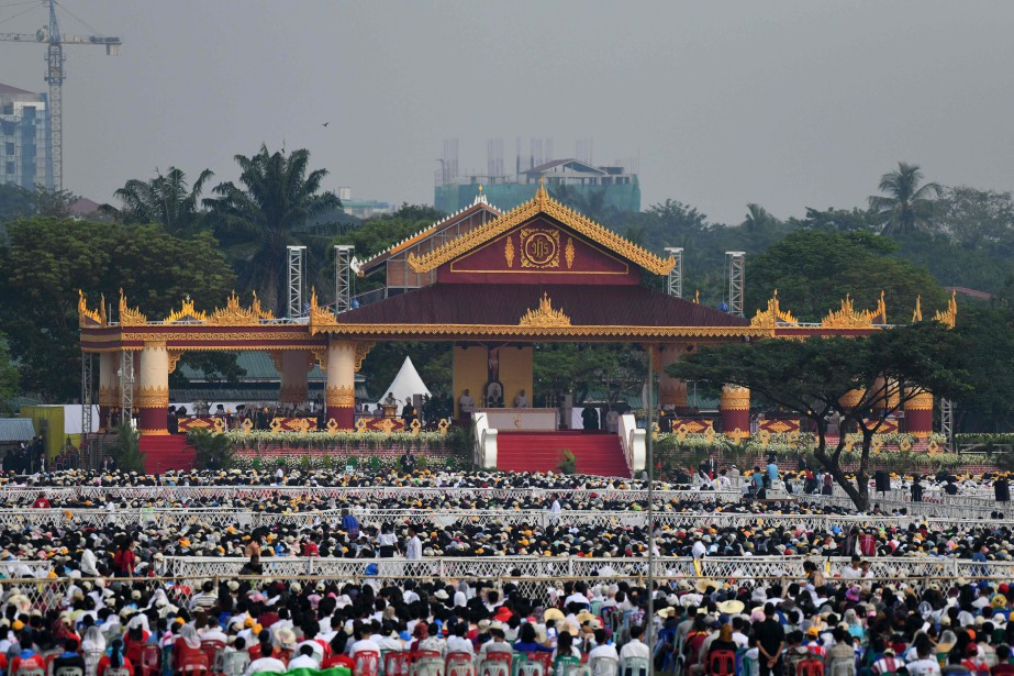 La foule présente lors de la messe en... (PHOTO Ye Aung THU, AFP)