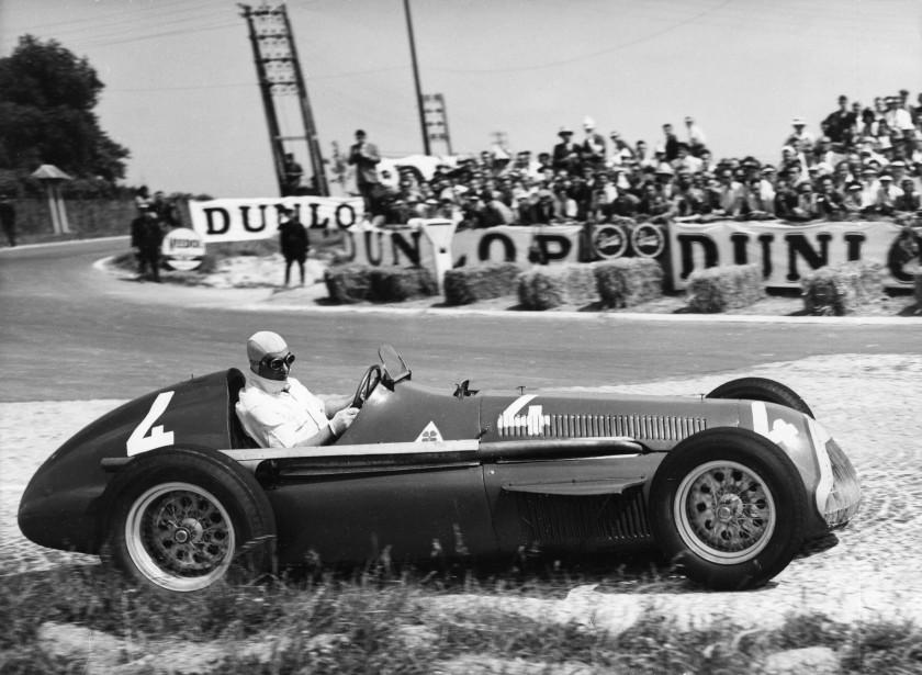 Quand la photo de votre dernier championnat de F1 est en noir et blanc, ce n'est pas bon signe. Alfa Romeo a déjà remporté le championnat de F1 en 1950 et en 1951. Ci-haut, Juan Manuel Fangio au sortir d'une courbe lors du Grand Prix d'Europe 1951 à Rheims, en France, au volant d'une Alfa Romeo à moteur 1,5 L en I turbocomprimé. Fangio avait aussi remporté le championnat des pilotes en 1951. | 29 novembre 2017
