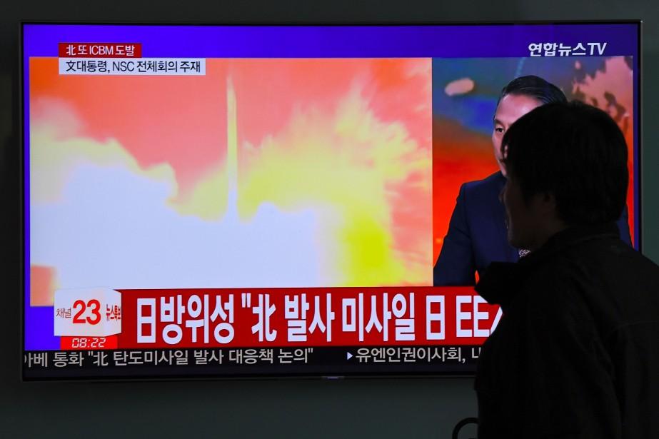 Un homme regarde le lancement du missile nord-coréen... (PHOTO JUNG Yeon-Je, archives AFP)
