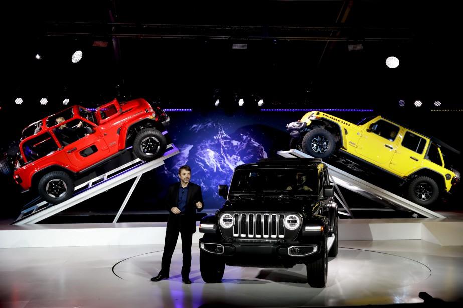 Mike Manley, pdg de Jeep, a présenté la nouvelle génération de Jeep Wrangler, qui sera lancé durant l'année-modèle 2019. La version qui arrivera dans les concession l'an prochain sera mue par un V6 conventionnel. Un 4-cyl. à hybridation légère suivra plus tard. Il faudra attendre 2020 pour que Fiat-Chrysler arrive avec un vrai hybride branchable, a fait savoir le constructeur en marge de la conférence de presse. (AP)