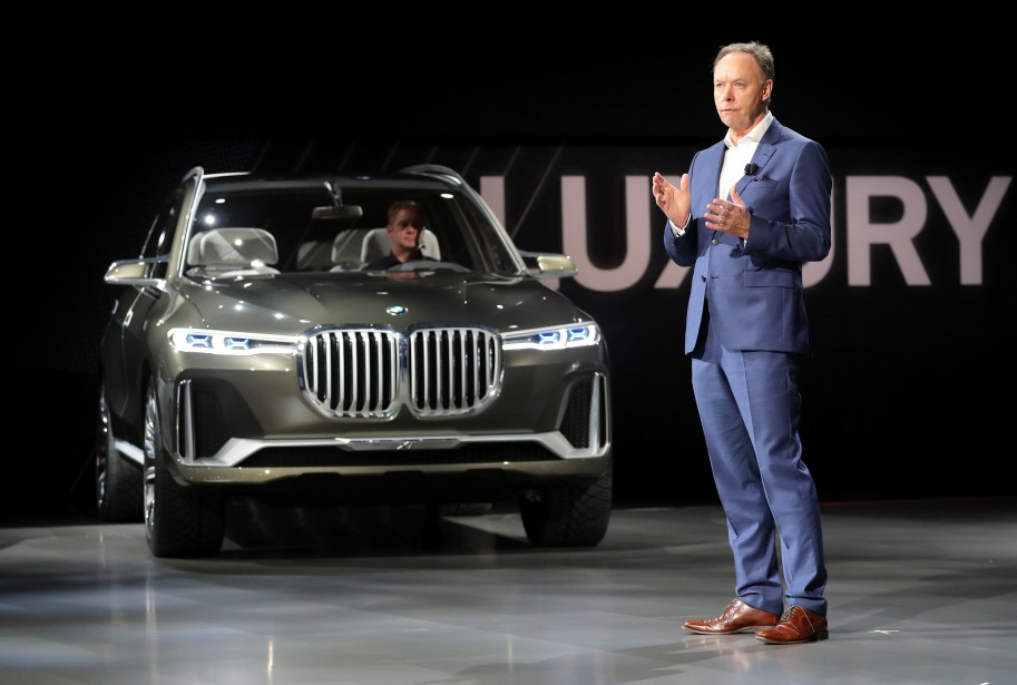 Ian Robertson, de BMW, a présenté le prototype x7 iPerformance. (REUTERS)