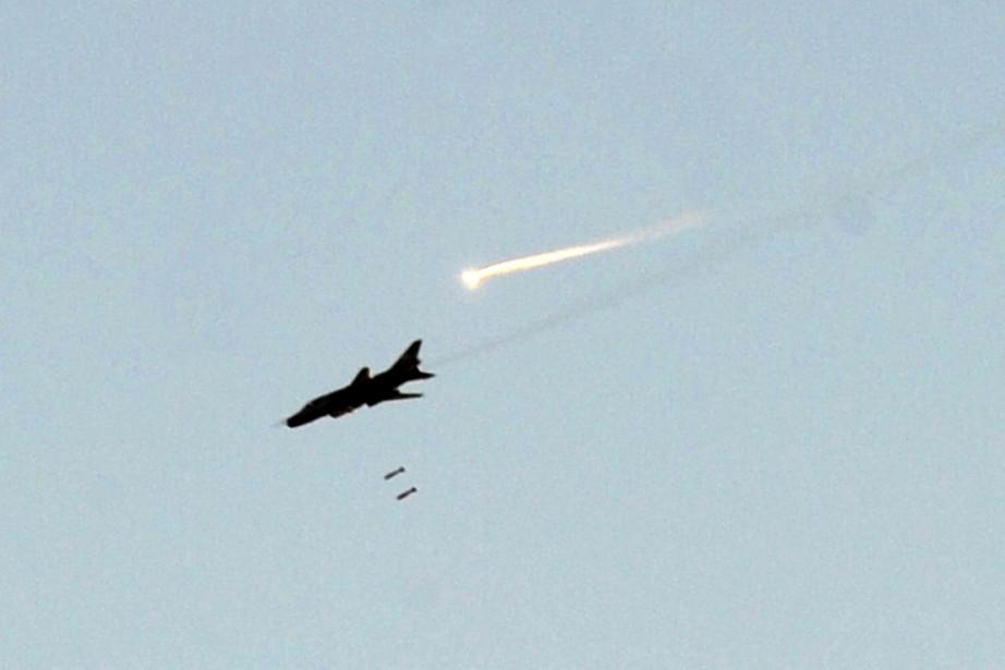 Un chasseur de l'armée syrienne largue des bombes... (PHOTO BULENT KILIC, ARCHIVES AFP)