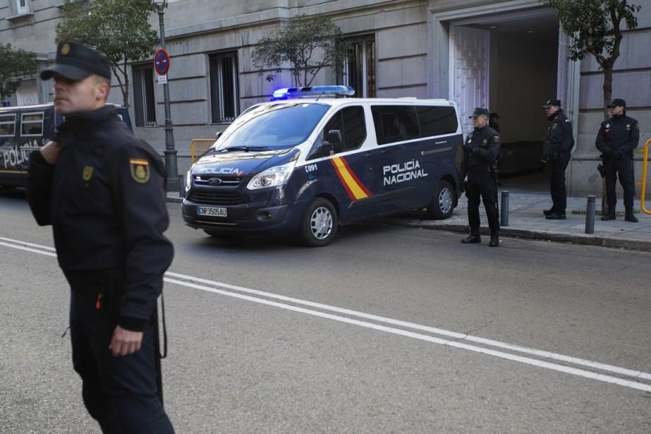 Un véhicule de la police transportant des dirigeants... (PHOTO FRANCISCO SECO, ASSOCIATED PRESS)