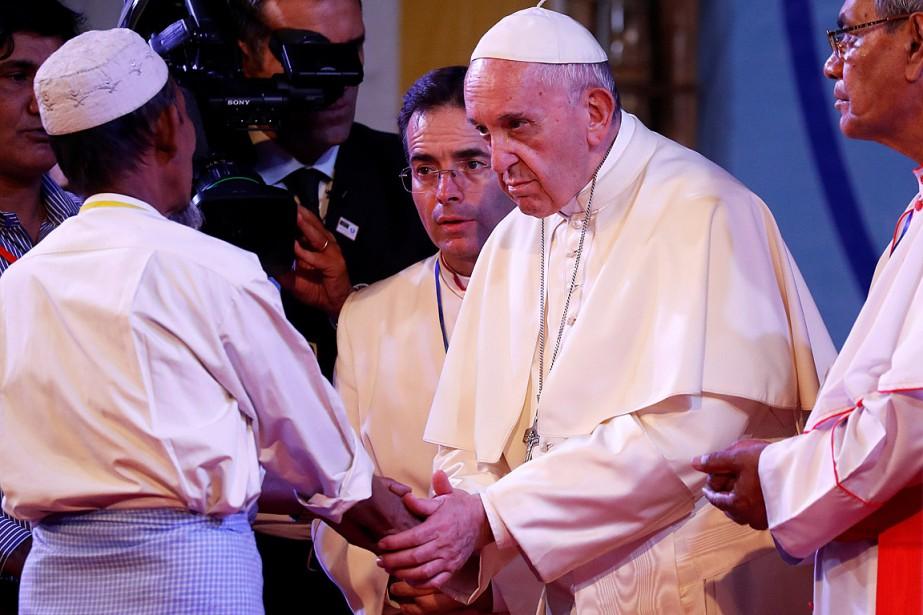 Le pape François a écouté avec gravité les... (PHOTO DAMIR SAGOLJ, REUTERS)