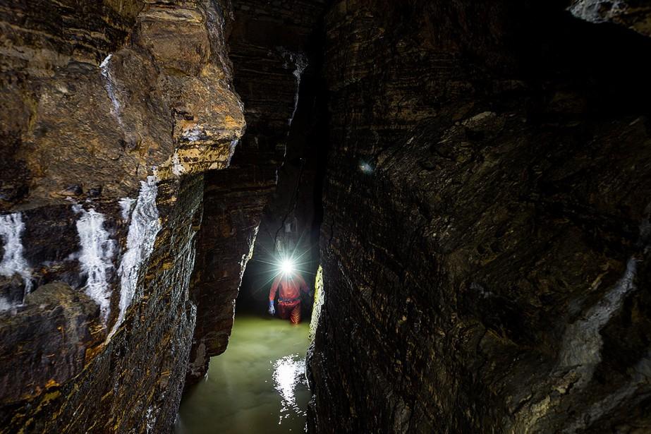 Des galeries qui s'étirent sur 200 mètres. Des stalactites, des plans d'eau cristalline, de spectaculaires coulées de calcite.L'une des découvertes les plus importantes de l'histoire de la spéléologie québécoise a été annoncée vendredi. (Martin Tremblay, La Presse)