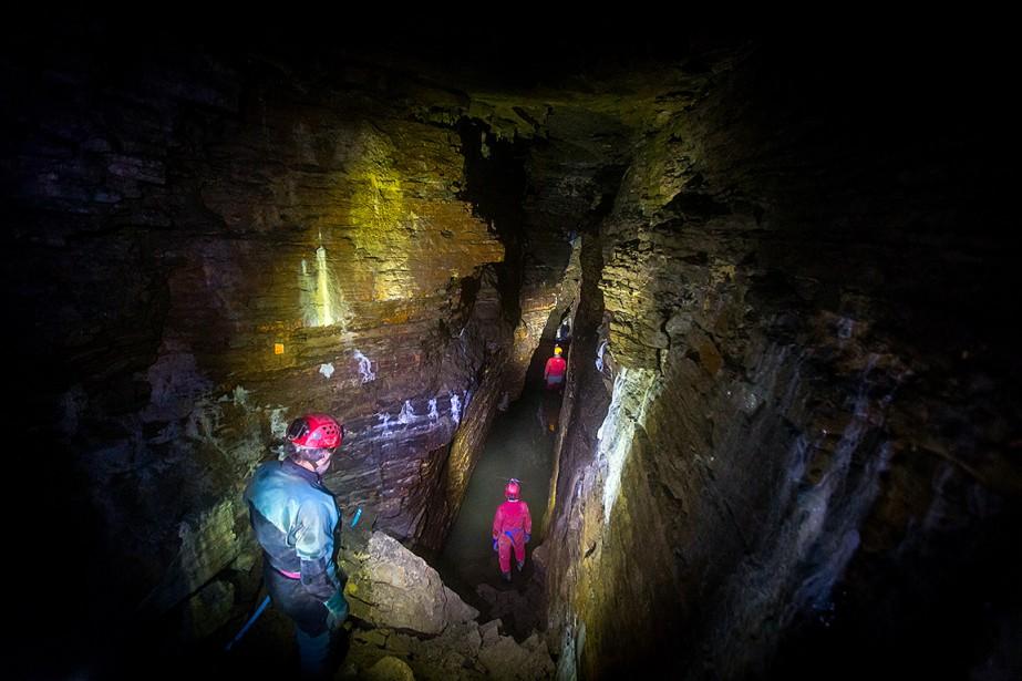 En creusant à peine un mètre dans le calcaire du fond de la caverne bien connue de Saint-Léonard, deuxspéléologues ont mis à jour de nouvelles salles bien plus grandes et impressionnantes. | 1 décembre 2017