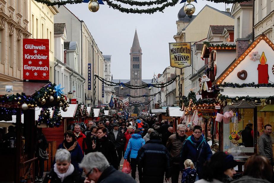 Le marché de Noël de Potsdam, qui n'avait... (PHOTO MARKUS SCHREIBER, ASSOCIATED PRESS)