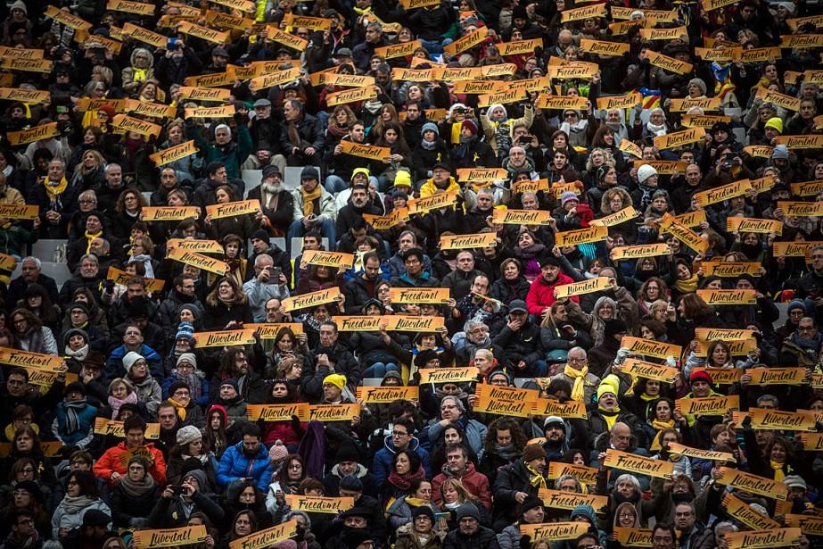 Les spectateurs présents au stade olympique de Barcelone... (PHOTO SANTI PALACIOS, ASSOCIATED PRESS)
