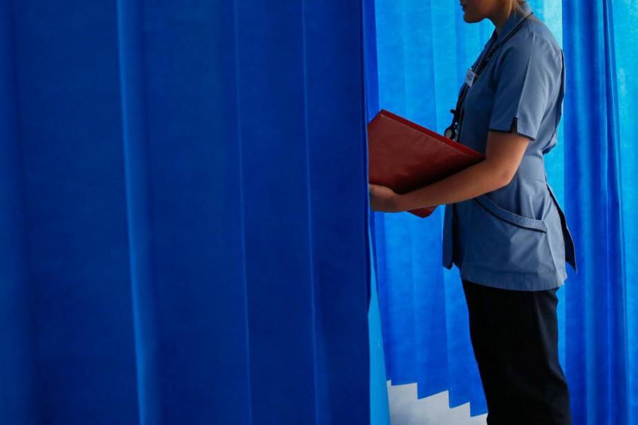 La rémunération de plus de 250 infirmières françaises... (Stefan Wermuth, ARCHIVES REUTERS)
