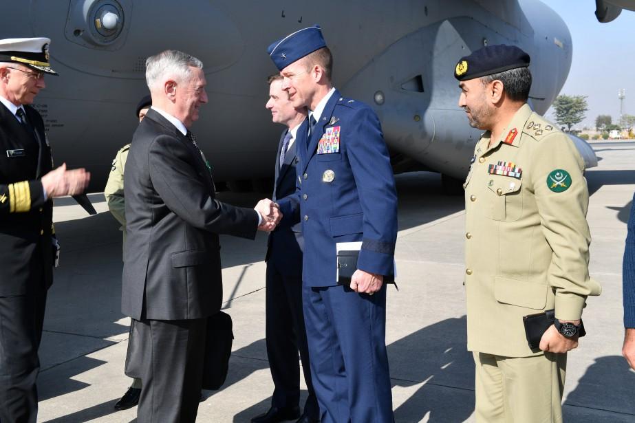 Jim Mattis à son arrivée à Islamabad.... (Photo REUTERS)