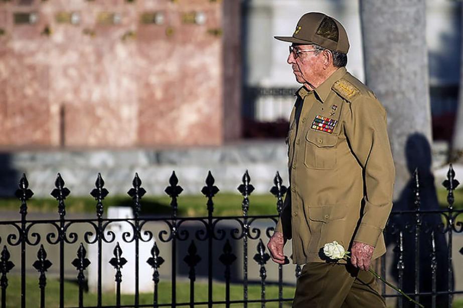 Raul Castro a déposé une rose blanche sur... (Phoot Agence France-Presse)