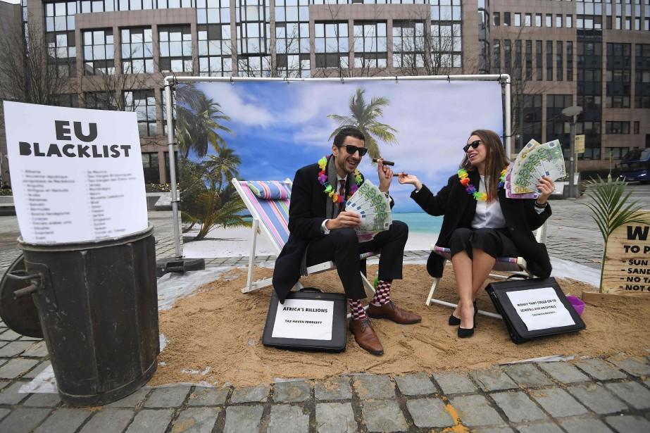 Des activistes d'Oxfam offrent, à Bruxelles le 5... (AFP)