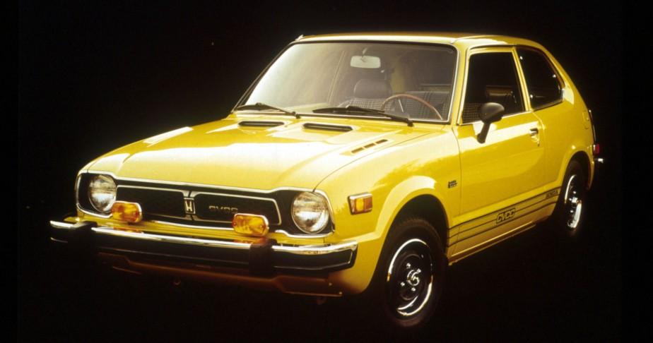 SA PREMIÈRE VOITURE - Une authentiqueHonda Civic jaune 1976, achetée en 1982, payée 1500 $. Trop cher payé, a vite découvert la jeune cégépienne. | 5 décembre 2017