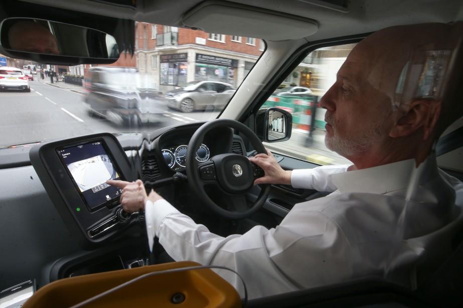 Peter Powell, âgé de 61 ans et chauffeur de taxi à Londres depuis 21 ans, accepte une course relayée sur l'écran tactile de son ordinateur de bord. Il aime le nouveau TX eCity, mais il dit que les chauffeurs plus âgés n'aiment pas le changement, en général. | 6 décembre 2017