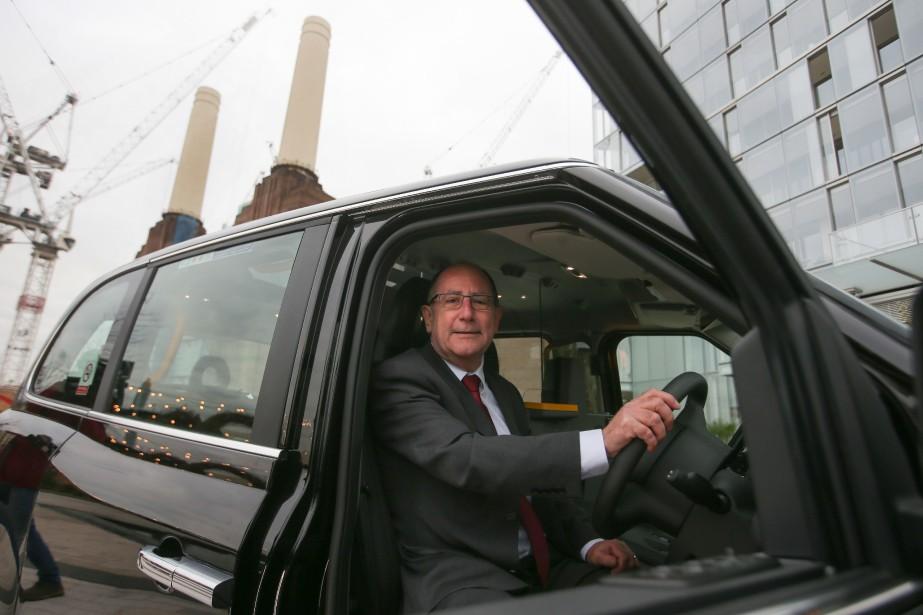 Chris Gubbey, pdg de la London EV Company, pose dans le nouveau TX eCity électrique, devant l'ancienne centrale électrique Battersea à Londres. | 6 décembre 2017