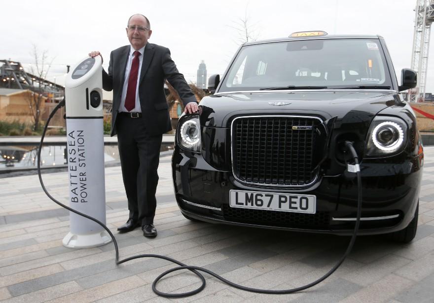 Chris Gubbey, pdg de laLondon EV Company,pose dans le nouveau TX eCity électrique, devant l'ancienne centrale électrique Battersea à Londres. | 6 décembre 2017