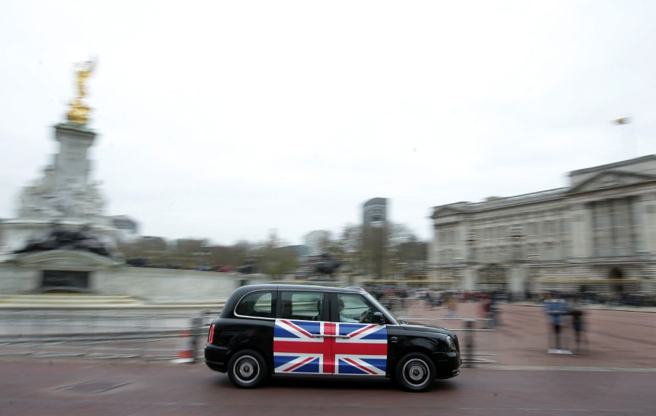 Un nouveau taxi noir londonien TX eCity passe devant le palais de Buckingham. | 6 décembre 2017