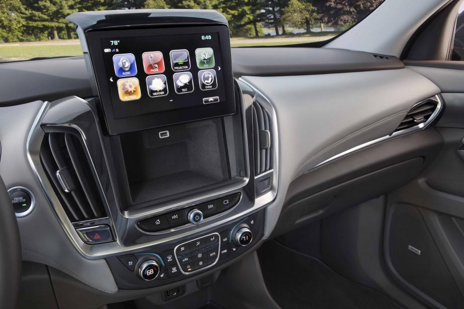 Il y a six prises USB à bord et un système d'infodivertissement efficace et convivial avec les deux plateformes les plus répandues de l'heure (Apple CarPlay et Android Auto). ()