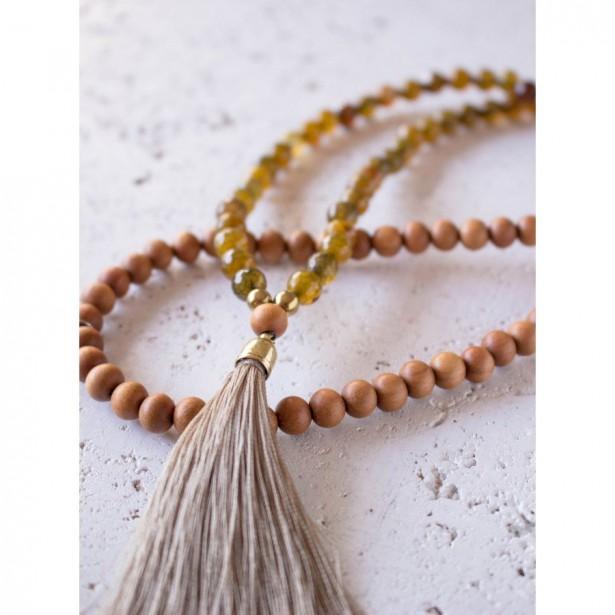 COLLIER MALA D'inspiration bouddhiste, ce collier Mala est un accessoire parfait pour celles qui méditent, pratiquent le yoga ou aiment tout simplement les objets en bois naturel. Fabriqué de billes d'agate indienne (synonyme d'équilibre) et de bois de santal. Le collier Mala Vitaly, 78,95 $, Aura Vibe | 6 décembre 2017