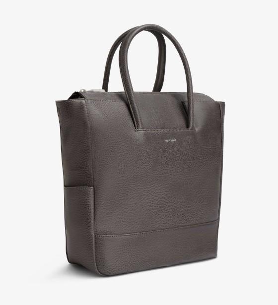 SAC À LANGER   Pour les mamans chics, ce superbe sac à couches possède toutes les qualités d'un sac à compartiments multiples permettant de trouver rapidement tout le nécessaire pour bébé. Sa grande pochette arrière à fermeture éclair se déplie pour former un tapis à langer. Peut se porter en bandoulière grâce à sa bretelle ajustable et amovible.Sac à langer Percio Carbon, collection Dwell, 195 $, MATT & NAT | 6 décembre 2017
