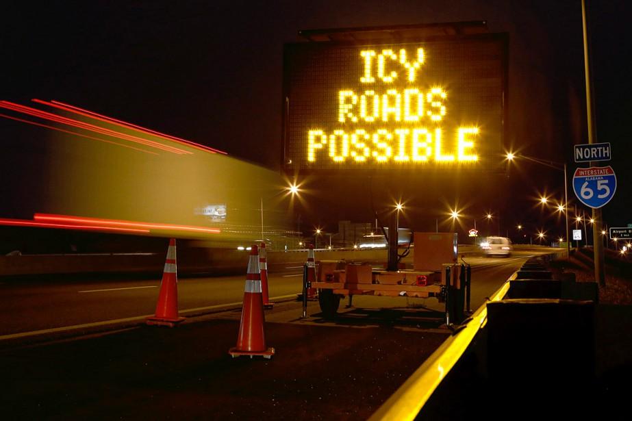 Un message annonçant que la chaussée pourrait être... (PHOTO LYLE RATLIFF, ARCHIVES REUTERS)
