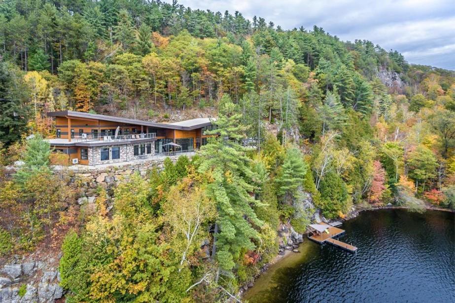 La maison semble suspendue à la falaise. Il... (Photo fournie par Sotheby's International Realty Québec)