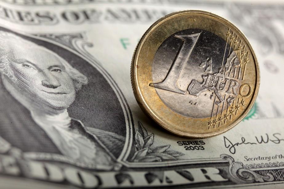 Vers 9h vendredi, l'euro s'effritait à 1,1768 dollar... (Photo Kacper Pempel, REUTERS)