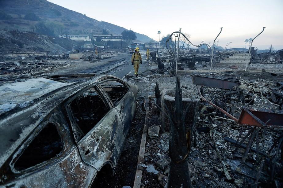 Des pompiers recherchent des points chauds parmi les... (PHOTO GREGORY BULL, ASSOCIATED PRESS)