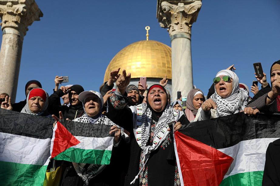 Des manifestants ont brandi des drapeaux palestiniens pour... (PHOTO AMMAR AWAD, REUTERS)