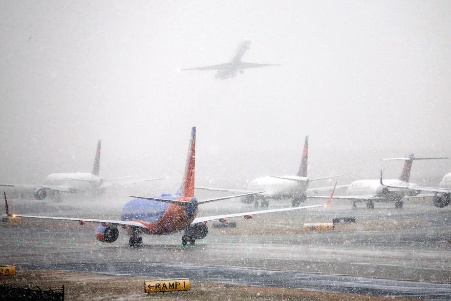 Des avions patientent sur le tarmac de l'aéroport... (PHOTO BOB ANDRES, AP/ATLANTA JOURNAL-CONSTITUTION)