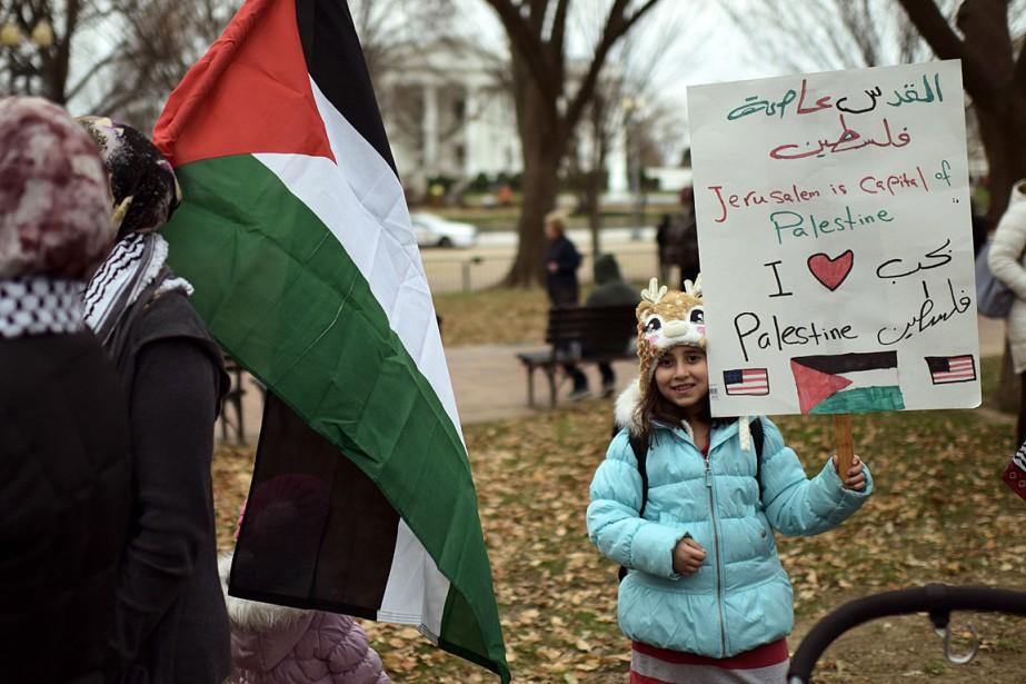 Une fillette tient une pancarte attestant que «Jérusalem... (PHOTO ERIC BARADAT, AGENCE FRANCE-PRESSE)