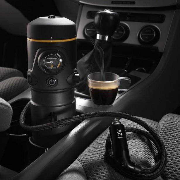 <strong>Court ou allongé?</strong>Vu le nombre de porte-gobelets croissant dans les voitures modernes, la tasse à café y a assurément sa place. Mais vous méritez mieux qu'une mélasse tiède pour vous rendre au bureau, croient les gens derrière le Handpresso, une machine à café portable qu'on peut brancher dans la prise 12V de la console. À 250$, c'est un peu plus cher, mais c'est bien plus qu'un café filtre... www.handpresso.com (Photo: Handpresso)