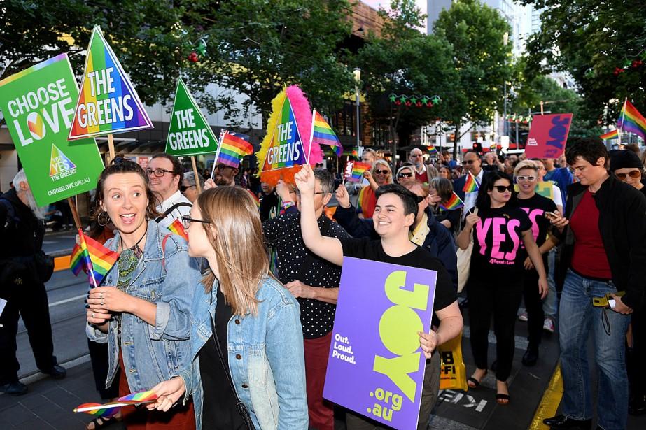 Des défenseurs et des partisans de l'égalité conjugale... (PHOTO JOE CASTRO, REUTERS/AAP)