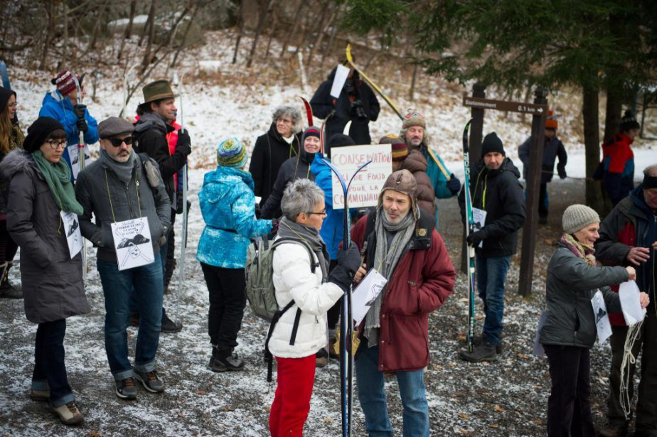 Une trentaine de personnes ont manifestésamedi contre l'interdiction... (Photo Catherine Lefebvre, collaboration spéciale)