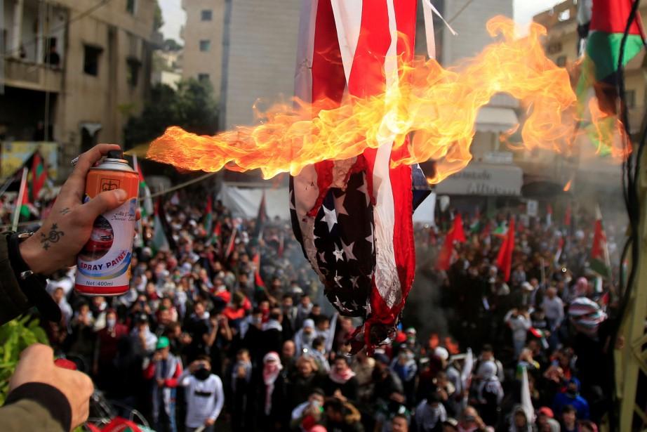 En plus de brûler un drapeau américain, les... (PHOTO REUTERS)